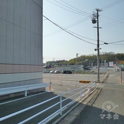 ニトリとバローの建物の先を左折してください。