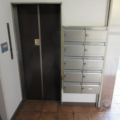 入口を入って、右にエレベーターがあります。