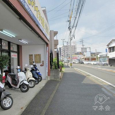 左手にあるバイクのお店を通過します。