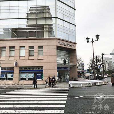 すぐ右のみずほ銀行が入った太陽生命関内ビルの方向に横断歩道を渡ります。