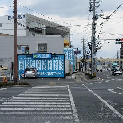 青い看板の大問屋側へ渡ります。