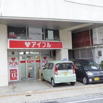 入り口前には駐車場があり、車でも来店できます。