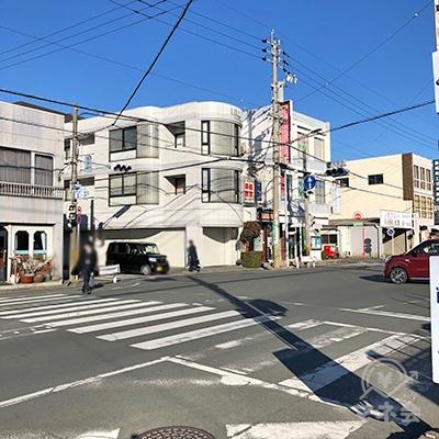駅前の大通りを、横断歩道を渡ってから右方向へ進みます。