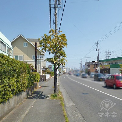 大通り沿いを550mほど歩きます。