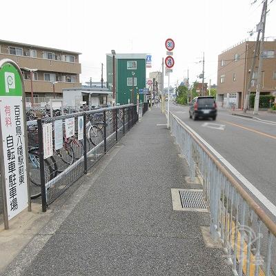百舌八幡駅前東自転車駐車場を左手に直進します。