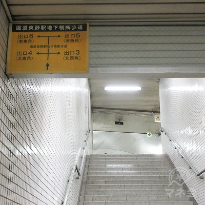 階段を上がり、左へ曲がります。