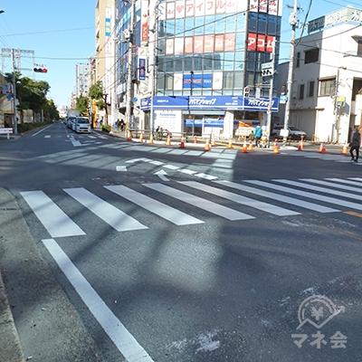 交差点は歩車分離式です。横断歩道を渡ったらアコムのビルに到着です。
