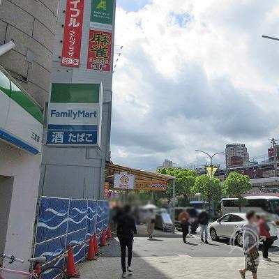 歩道を渡り右へ進み、ジャンカラ看板付近に目的地建物入口があります。