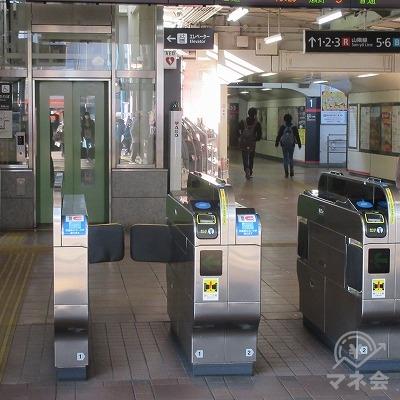 JR山陽本線、横川駅改札(1つのみ)から出ます。