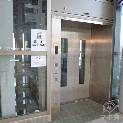 突き当たりにある「北口」と書かれたエレベーターで地上へ向かいます。