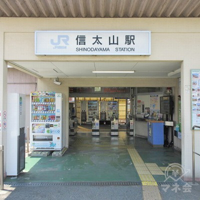 JR阪和線、信太山駅改札(1つのみ)を出て、駅外に出ます。