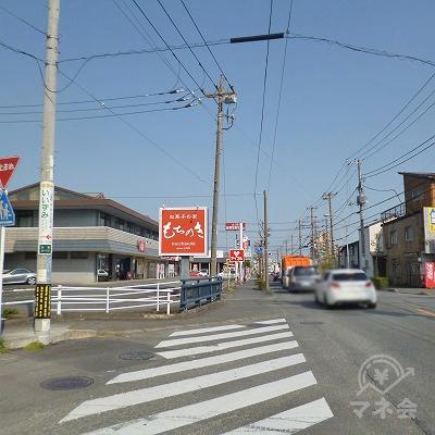 和洋菓子店「もちのき」の先にアコムの看板が見えてきます。