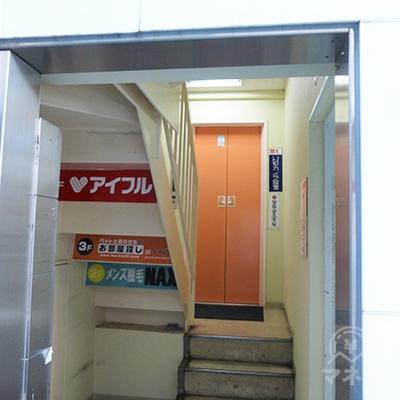 エレベーターがあります。5階へどうぞ。