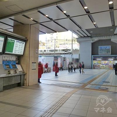京阪電車の切符売り場前を通り過ぎ、駅ビルを出て左折します。