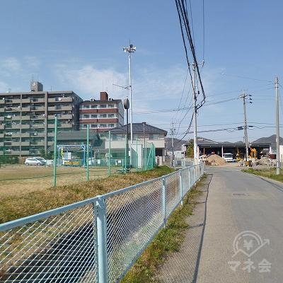 左手に公園がありますので、その先の交差点を右折します。