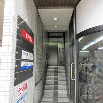 建物入口と案内板です。階段でエレベーターホールまで進みます。