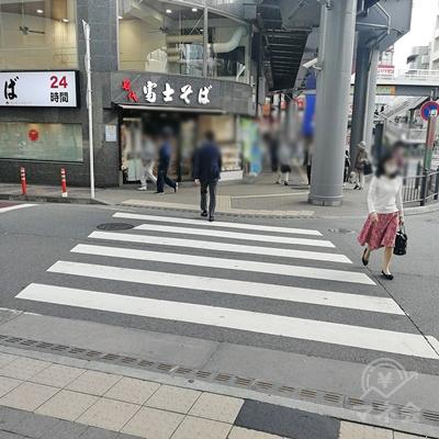 渡った先の右にある横断歩道を渡り、直進しましょう。