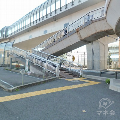 歩道橋で反対側へ渡ります。