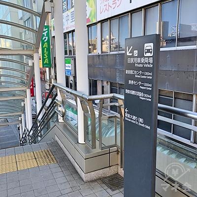 歩道の突き当たりを左折して、地上へ階段を下ります。