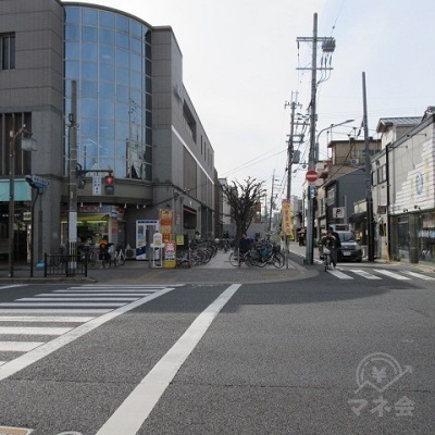 交差点を渡り、HOWDYの建物横の道(鞍馬口通り)を進みます。