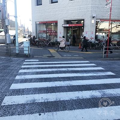 向かい側に三菱UFJ銀行のある横断歩道を渡り左に曲がります。