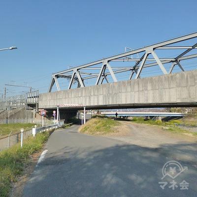 新幹線の線路をガードでくぐりながら、川沿いを350mほど歩きます。