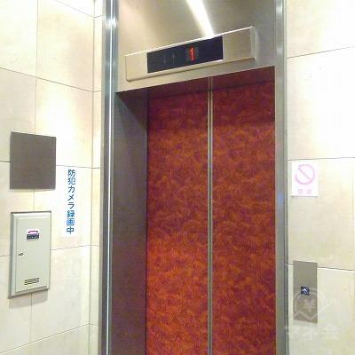 エレベーターで5階に上がります。