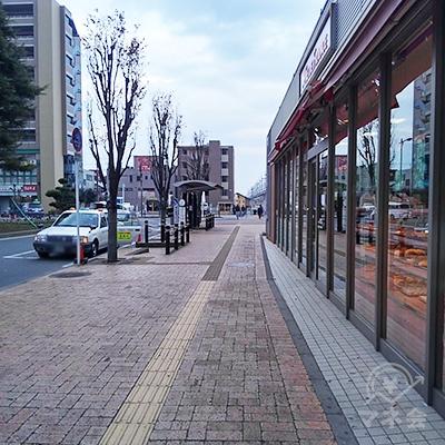 パン屋と東武ストア沿いに60メートル歩きます。