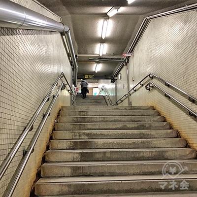 地上へ向かう階段を上がります。
