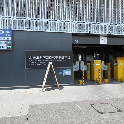 自転車駐車場出入口を背に直進します。