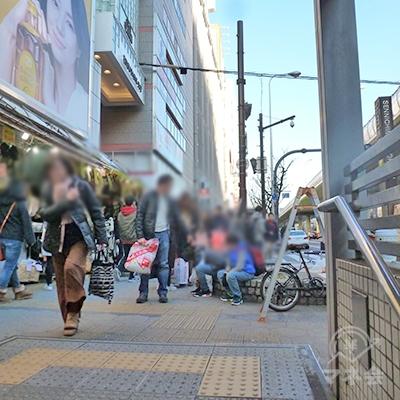 地上に出ると歩道があり、直進します。すぐ戎橋筋商店街が交差。