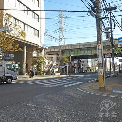 早稲田予備校前の信号です。右に進むと千葉街道です。