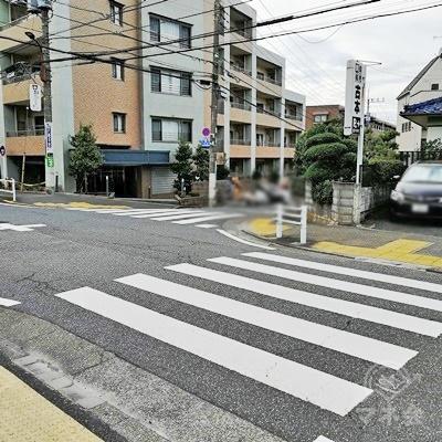 信号のない横断歩道で右に曲がります。古本の看板がある左の道を歩きます。