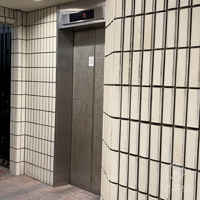 エレベーターで5Fへ向かいましょう。