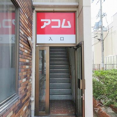 建物入口は左側です。こちらの階段で2階にあがりましょう。