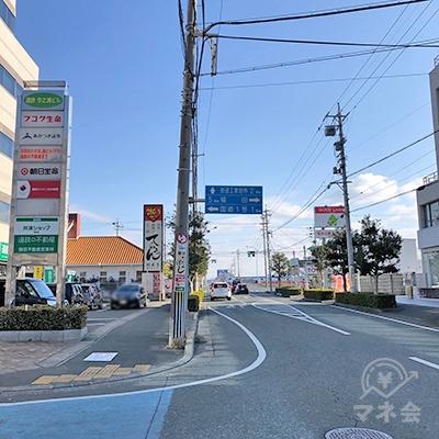 左矢印と「国道1号」が書かれた標識がある交差点を左折します。