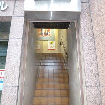 階段を上ってください。