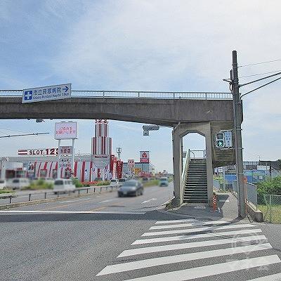 久保交差点の横断歩道を渡り、歩道橋を潜ります。