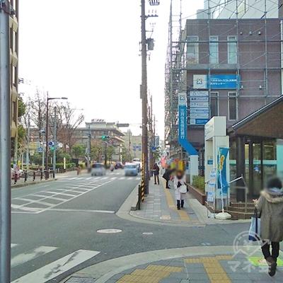 三井住友信託銀行も通過し直進。