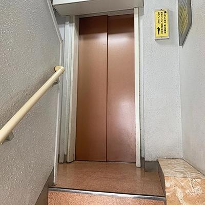 エレベーターで4階へ上がってください。