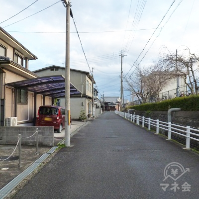 櫟本駅構内(右手)に沿って細い道を進みます。