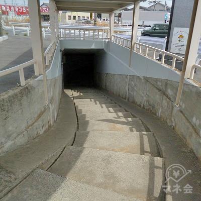 地下道を進みます。