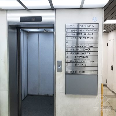 レイクは4階です。エレベーターで4階に上がってください。