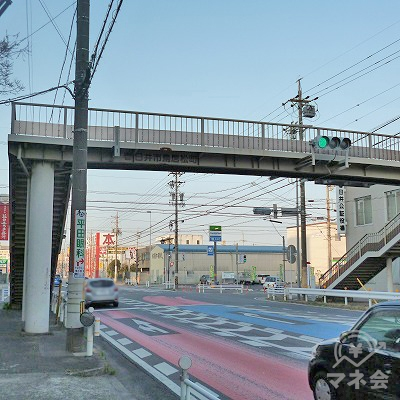 歩道橋の先にある交差点を右折します。