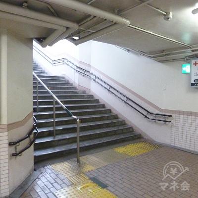 通路を進むと左折、階段になります。これを上り地上に出ます。