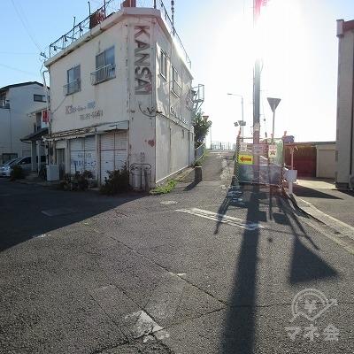 建物「KANSAI」を左手に進みます。