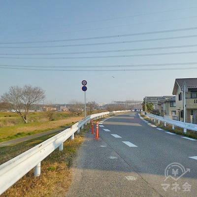 川沿いの土手を、1.2kmほど道なりに進みます。