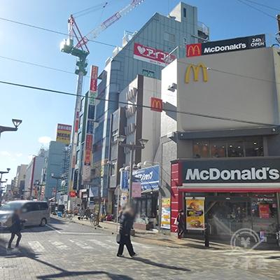 駅前からまっすぐ進むと右手にマクドナルドがあります。