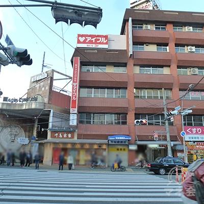 商店街を抜けると交差点に出ます。正面のビルに店舗があります。