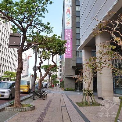 沖縄タイムスのビルを過ぎ道路を渡ると、琉球放送会館の建物があります。